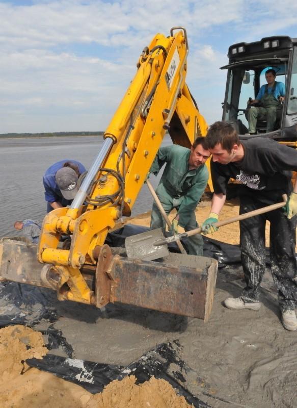 Starych płyt betonowych już nie ma. Wały są przygotowywane do położenia nowych