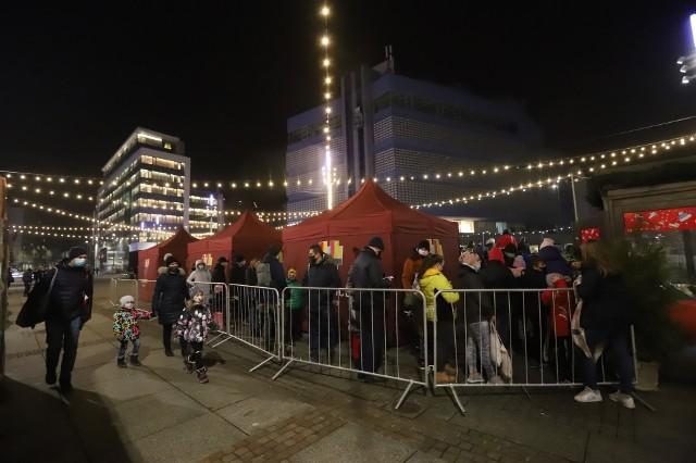 Lodowisko na rynku w Katowicach przyciąga tłumy. Przed ślizgawką tworzą się duże kolejki. To przez obostrzenia sanitarne.Zobacz kolejne zdjęcia. Przesuwaj zdjęcia w prawo - naciśnij strzałkę lub przycisk NASTĘPNE