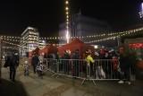 Lodowisko w Katowicach na rynku przyciąga tłumy. Przed ślizgawką tworzą się duże kolejki. To przez obostrzenia sanitarne