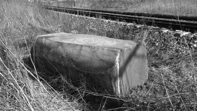 Kawałki pomnika tkwią do dziś, jeden niemal w całości został niedawno wydobyty na powierzchnię.