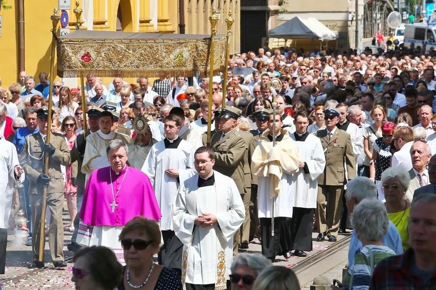 Tysiące wiernych uczestniczyło w procesji Bożego Ciała we Wrocławiu [ZDJĘCIA]