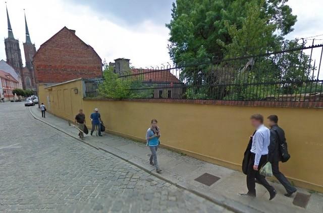 Za wysokim żółtym murem rosną dziś krzaki. Ale mur zniknie - wkrótce stanie tu kamienica