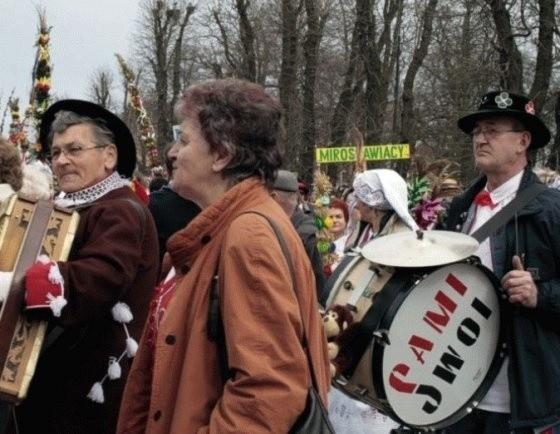 Z niepozornego kiermaszu wypieków, Łobeska Baba Wielkanocna stała się imprezą znaną nie tylko w mieście i powiecie, ale też na całym Pomorzu Zachodnim i w kraju. Na zdjęciach Baba w 2008 roku.