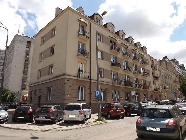- Może to już taki urok mieszkania tutaj, że widać go tylko z zewnątrz - komentuje ze zrezygnowaniem jeden z lokatorów.