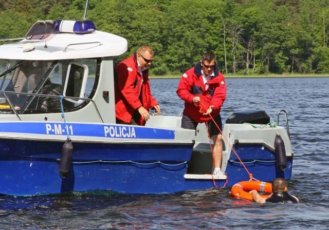 Augustów: Policyjne ratownictwo wodneCwiczenia na jeziorze Necko w Augustowie