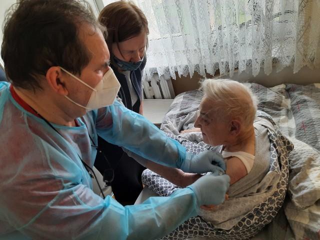 Szczepienia przeciwko COVID-19 w domach pacjentów (Białystok, 16.04.2021 r.).