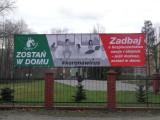 """Na ulicach Gminy Kobylnica pojawiły się banery z hasłem """"Zostań w domu"""""""