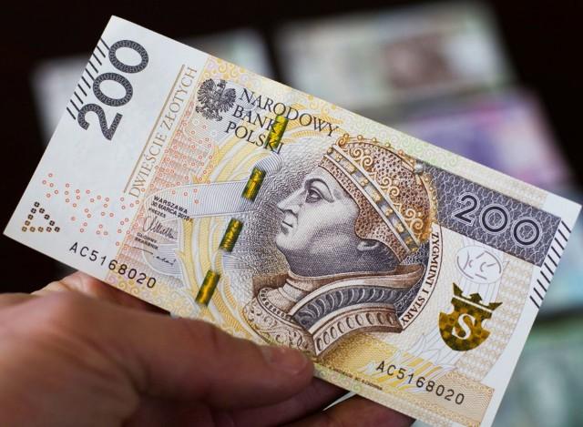 Waloryzacja emerytur w 2021 roku. Rada Ministrów zakłada, że wszystkie emerytury i renty zostaną podwyższone wskaźnikiem waloryzacji 103,84 proc., z gwarantowaną kwotą podwyżki 50 złotych. Jak to przełoży się konkretnie na przykładowe emerytury? - wyliczenia dla kwoty brutto- jeśli podwyżka procentowa jest niższa niż 50 zł - obowiązuje podwyżka kwotowa w tej kwocie.>Procentowe WYLICZENIA dla przykładowych emerytur znajdziesz na kolejnych slajdach. Sprawdź>>>>>