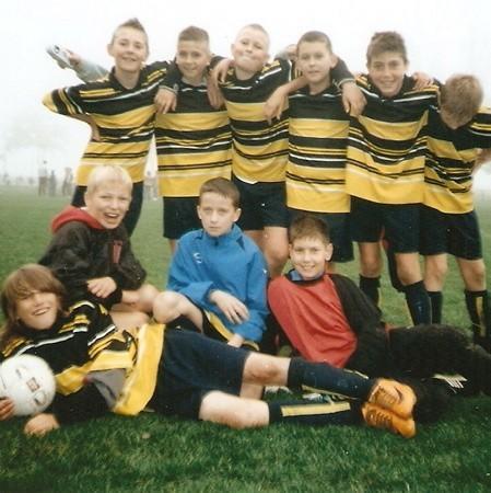 Uśmiechy na twarzach chłopców ze Strzelec Kraj. W Bobrówku wygrali trzy i zremisowali dwa spotkania, co wystarczyło im do triumfu w całej imprezie.
