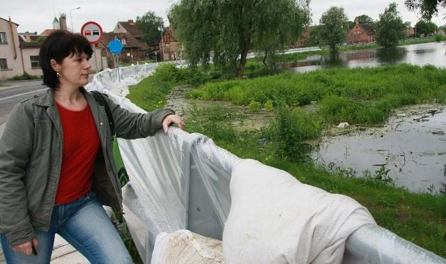 W starym porcie woda podeszła do wałów i wybudowanej na nich obwodnicy. Magdalena Rokicka z Muchocina obawiała się tego, że rzeka może zalać drogę do jej wsi. Zdaniem burmistrza, nie ma takiego zagrożenia.