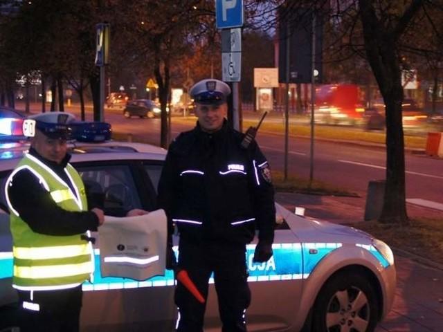Policjanci zachęcają do noszenia odblasków.