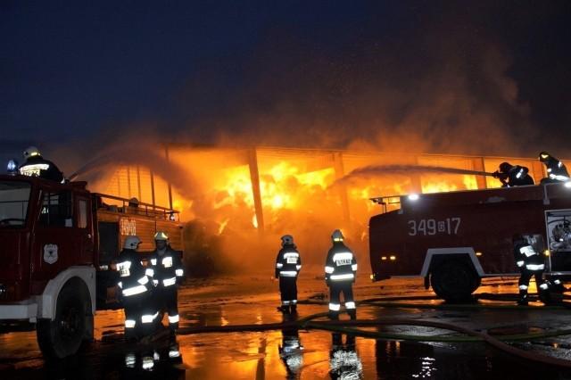 17 lutego. W Krzywaniu palił się dom dwurodzinnyW nocy wybuchł pożar dwurodzinnego domu w Krzywaniu w gm. Dębnica Kaszubska. Ratowało go 7 zastępów Państwowej Straży Pożarnej. Połowa domu była opuszczona od dawna. W drugiej połowie też nikogo nie było, bo rodzina prawdopodobnie wyjechała do pracy. Strażakom udało się uratować część domu, która jeszcze niedawno była zamieszkana.
