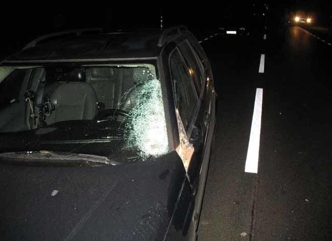 Saab potrącił mężczyznę. Trafił do szpitala bez dokumentów.