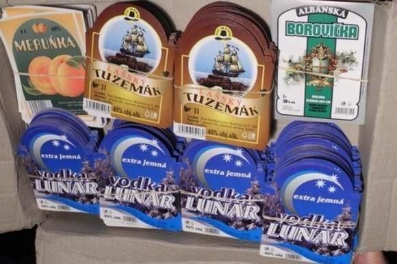 Ludzie mają świeżo w pamięci aferę z czeskim metanolem. Dlatego podejrzewają, że zmarli koledzy to ofiary sfałszowanej wódki znów przemyconej do sklepów. Oto etykiety napojów alkoholowych, które mogły być skażone.