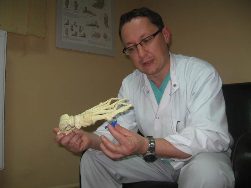 - Proteza z silikonu doskonale spełnia swoją rolę i pacjentka może chodzić bez bólu - mówi ortopeda Marcin Stęplowski.