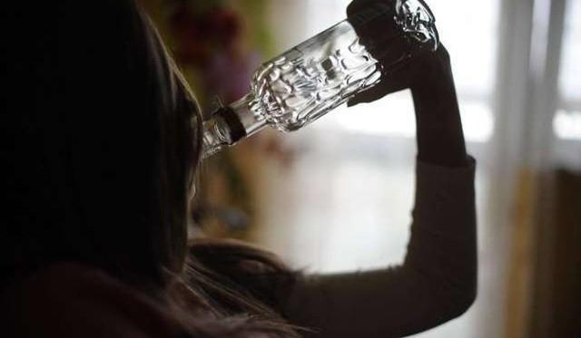 Wągrowiec: Kompletnie pijana 15-latka leżała we własnych wymiocinach. Miała 2 promile. Policjanci uratowali jej życie