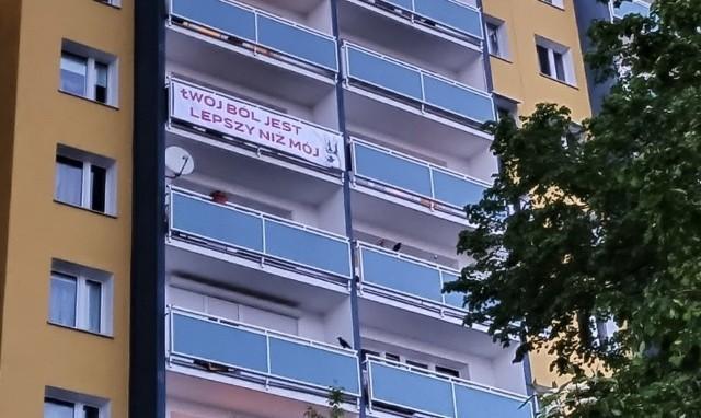 """We wtorek na balkonie jednego z bloków na os. Bolesława Chrobrego na poznańskim Piątkowie jeden z mieszkańców postanowił zawiesić baner z tytułem głośnej w ostatnich dniach piosenki Kazika """"Twój ból jest lepszy niż mój""""."""
