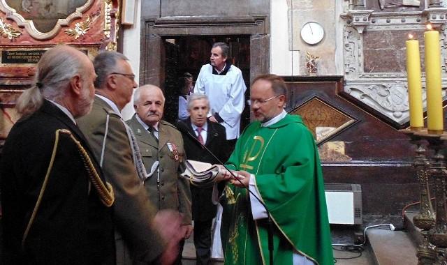 Kapelan Marian Fatyga otrzymał stułę z rąk delegacji Koła numer 11 Związku Żołnierzy Wojska Polskiego w Kazimierzy Wielkiej.