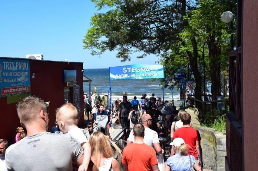 Słoneczny weekend na Mierzei Wiślanej przyciągnął nad morze tłumy wczasowiczów