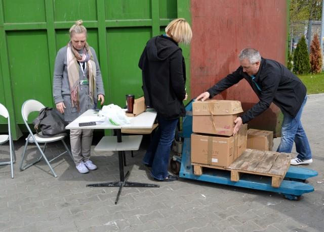 Odbiór makulatury w Rupieciarni przy ulicy 1 Sierpnia, gdzie od rana była duża kolejka.