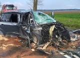 Skąpe. Samochód uderzył w drzewo z taką siłą, że pasażerowie wypadli z auta. Dziecko zostało śmigłowcem przetransportowane do szpitala