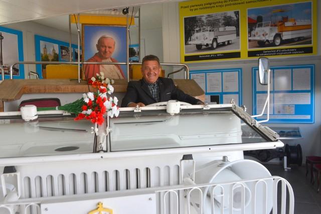 Marek Adamczak w papamobile w swoim Muzeum Samochodu Papieskiego JP2.
