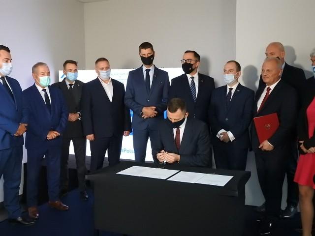 Umowę na studium wykonalności tzw. szprychy nr 3 podpisano na dworcu autobusowym w Łomży