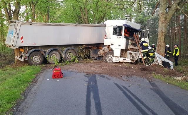 Policjanci z Namysłowa wyjaśniają przyczyny wypadku, do którego doszło w czwartek na lokalnej drodze w okolicy miejscowości Kozuby w gminie Pokój. Natomiast opolscy lekarze walczą o życie 33-letniego kierowcy ciężarowego DAF-a.