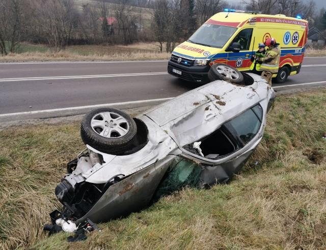 Do wypadku doszło w poniedziałek przed godz. 14 na drodze wojewódzkiej nr 884 w Korytnikach (gm. Krasiczyn) w pow. przemyskim.- Na śliskiej drodze kierująca fordem, 23-letnia mieszkanka pow. przemyskiego straciła panowanie nad pojazdem, wjechała do rowu i uderzyła w betonowy przepust. Pojazd odbił się, uderzył w skrzynkę elektryczną, a następnie dachował - powiedziała podkom. Marta Fac z KMP w Przemyślu.23-latka jechała sama, była trzeźwa. Pogotowie ratunkowe zabrało ją do szpitala na badania.