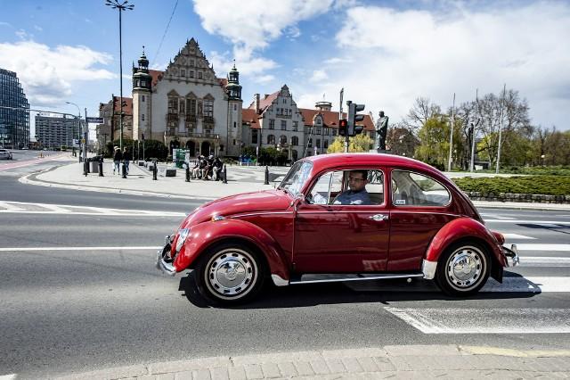 """W niedzielę, 25 kwietnia, ulicami Poznania przejechały zabytkowe samochody. Nasz fotoreporter uchwycił te klasyki. Wśród nich znalazły się m.in. stare mercedesy, chevrolety, czy mustangi. Nie zabrakło też klasycznych maluchów i """"ogórków"""". Zobacz w galerii, jak wyglądał przejazd klasyków przez Poznań. Przejdź dalej --->"""