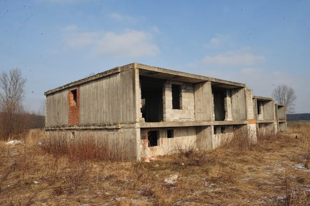 Niedokończony i porzucony budynek mieszkalny dla pracowników PGR w Minkowskiem koło Namysłowa.
