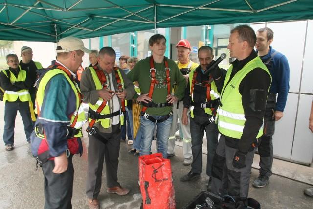 Pracownicy Zakładu Przemysłu Wapienniczego Trzuskawica pod okiem instruktora Piotra Goca brali udział w ćwiczeniach w zakładaniu sprzętu ratowniczego i zawodach na czas.