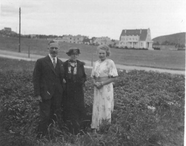 Maksymilian Zuske i (z prawej) jego siostrzenica Teodora Sychowska w Orłowie, w tle zaprojektowany przez niego pensjonat Gryf