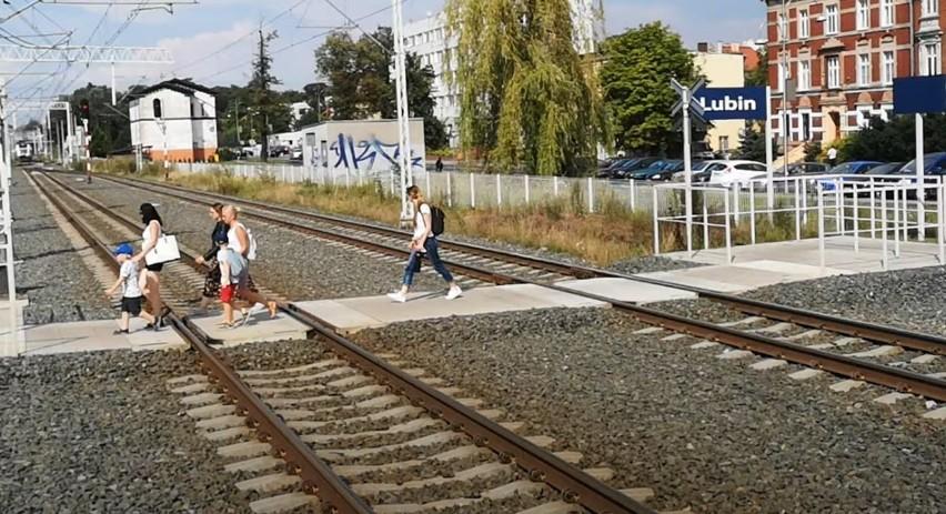 O włos od tragedii! Ludzie ryzykują życie, żeby zdążyć przez pociągiem [ZOBACZ FILM]