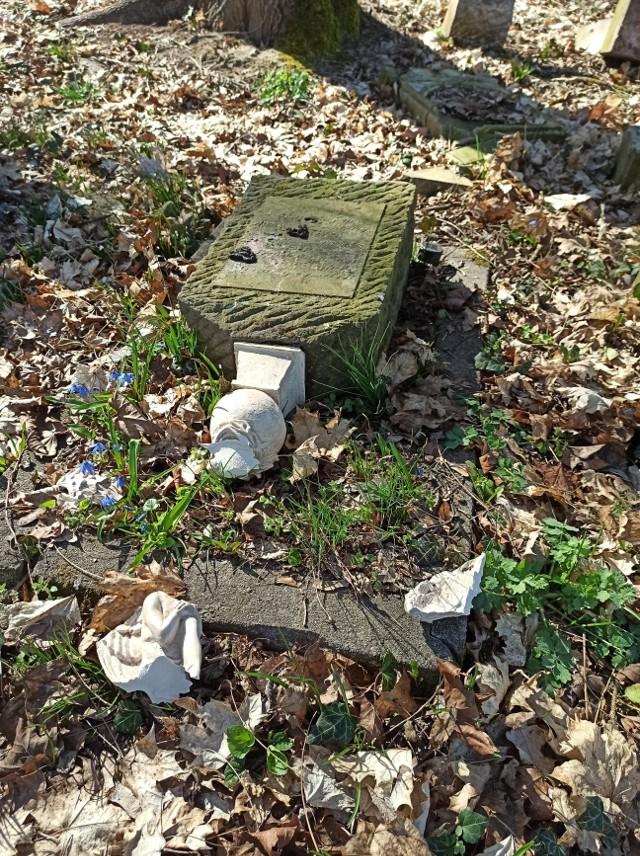 Cmentarz od pięciu lat rekonstruuje 18-latek, Piotr Marczenia ze Świebodzina