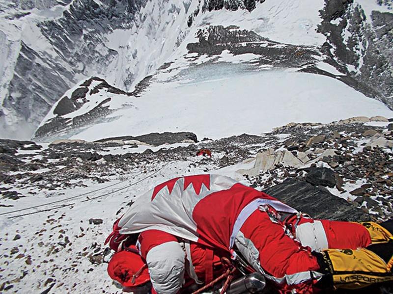 Zwłoki himalaistów leżą w górach latami.