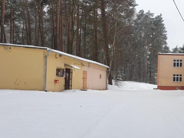 Poczta w Grotnikach działa w tym niewielkim pawilonie po lewej. Od 10 lutego nie funkcjonowała z powodu mrozów. Budynek nie jest ocieplony.
