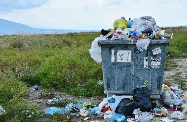 Jakie opłaty za wywóz śmieci obowiązują w 2021 roku w gminach powiatu radomskiego ? Gdzie jest najdrożej a gdzie najtaniej miesięcznie? Warto wspomnieć, że we wszystkich samorządach gminnych obowiązują, zgodnie z obowiązującym prawem, wysokie opłaty karne za brak segregacji odpadów. >>> Więcej na kolejnych slajdachKolejność uszeregowana od najtańszych po najdroższe gminy