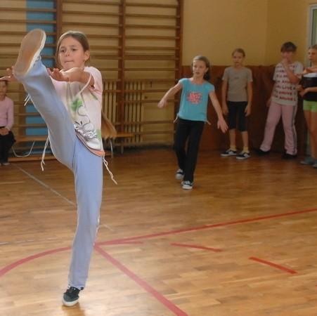 Justyna Wójtowicz z klasy V a po lekcjach gra z przyjaciółmi w piłkę, kosza i siatkówkę. Gdy pada deszcz, dzieci przenoszą się na salę gimnastyczną.