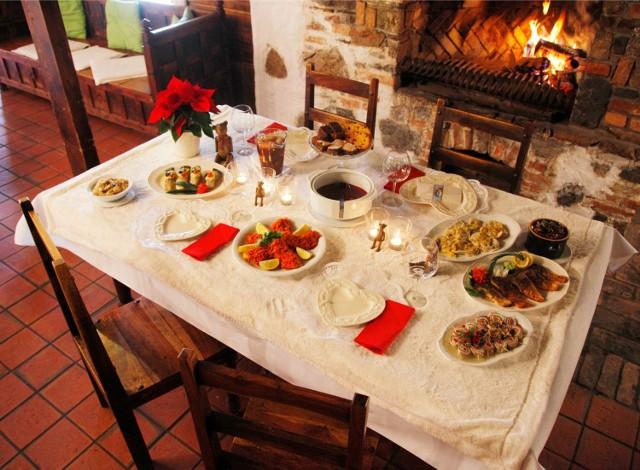 POTRAWY WIGILIJNE LISTA - Wigilia przed nami - to wyjątkowy czas, o czym stanowią m.in. świąteczne potrawy. Według tradycji na wigilijnym stole powinno się znaleźć 12 dań wigilijnych. Podpowiadamy, jakie potrawy powinny trafić na świąteczny stół. OTO PRZEPISY NA POTRAWY WIGILIJNE, KTÓRE POWINNY ZNALEŹĆ SIĘ NA WIGILIJNYM STOLE.