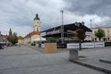 Tajemnica powstającego na Rynku Kościuszki szklanego kortu wyjaśniona. Za kilka dni Białystok zamieni się w stolicę squasha [ZDJĘCIA, WIDEO]