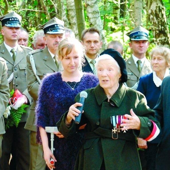 Stanisława Skrodzka (na pierwszym planie) pamięta ludzi z Grzęd. Walczyła w partyzantce, a na bagnach zginęli jej koledzy.