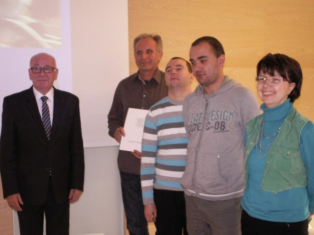 Przedstawicielom instytucji wspierających niepełnosprawnych  rowery przekazywał Zygmunt Jeżewski, członek zarządu powiatu poznańskiego ( z lewej)