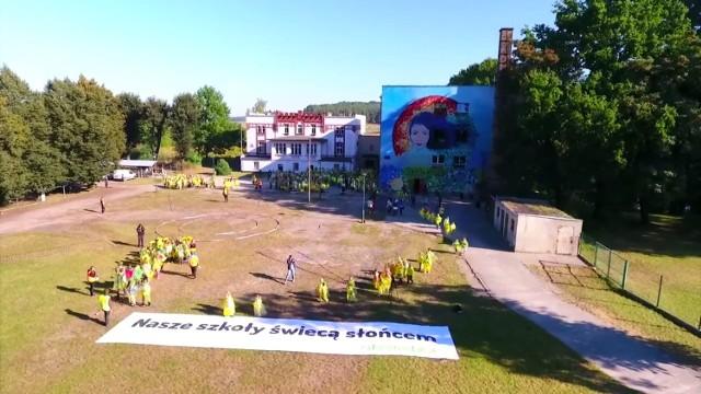 M.in. szkoła w Brodach (powiat żarski) otrzymała od Fundacji Greenpeace Polska elektrownie słoneczne.