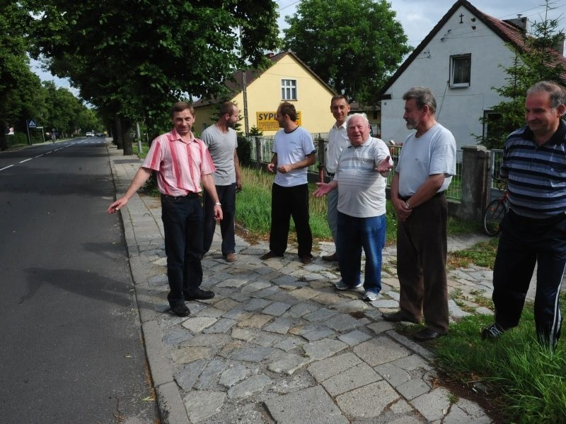 Mieszkańcy mają już dość motocyklistów, którzy urządzają rajdy po ulicy Strzeleckiej. Od lewej Andrzej Mały, Łukasz Herba, Jacek Hajzyk Tomasz Topola, Józef Michalski, Janusz Długosz.