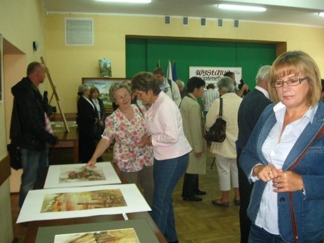 Prace uczestnikó pleneru zaprezentowano w sali Gminnego Ośrodka Kultury.