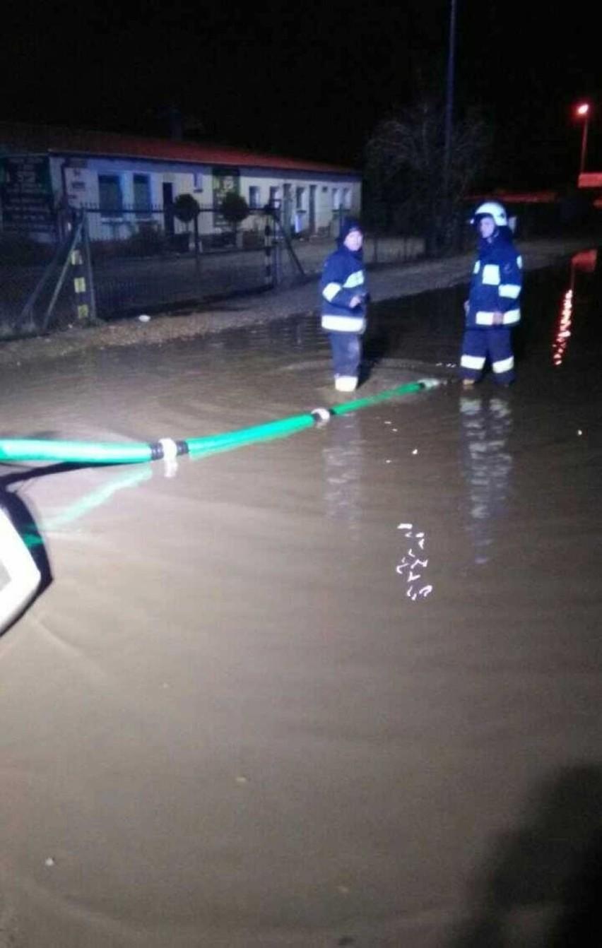 Zalana droga w Chwaszczynie i Baninie. Pomogli strażacy [ZDJĘCIA]