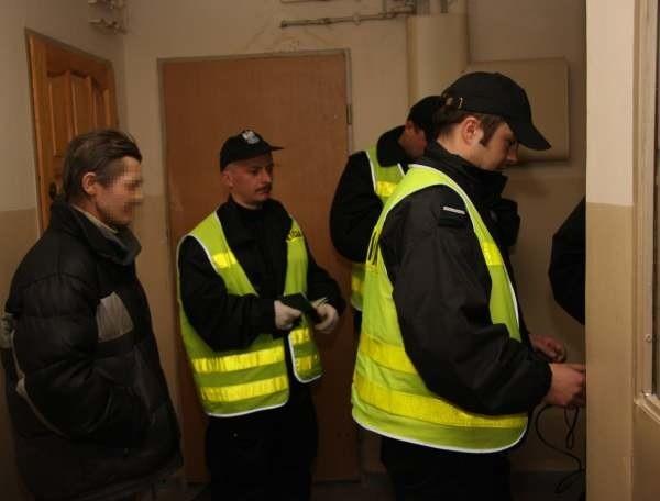 Po wejściu do mieszkania policjantów uderzył odór...
