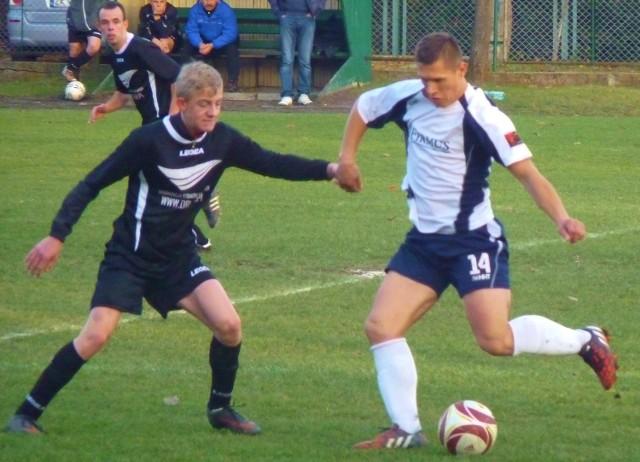 Paweł Włodyka (przy piłce) strzelił dwa gole, a jego Saturn Mielno pokonał Jantar Siemyśl 5:2.