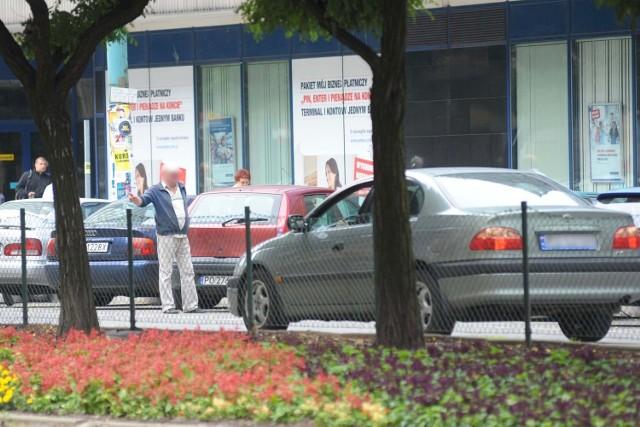 Osoby stojące na jezdni i wskazujące wolne miejsca, to w centrum Poznania szara rzeczywistość